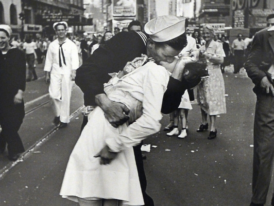 sailor kissing nurse in Time Square